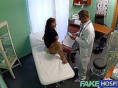 FakeHospital Teenie Modell spritzt für die Tattooentfernung Arztes genießt sich selbst in ihre enge Muschi