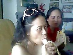 Thai зрелые дамы показывая ей большие груди и сосущий бананов