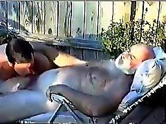 El abuelo Peluda se deja mamar por joven