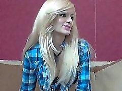 Hot Blonde auf Cam Stripteasing und zeigt ihr begrenzt off