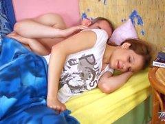 Teenyplayground - Uyuyan genç, büyük üvey kardeşi tarafından becerdin