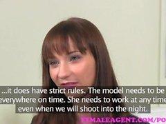 Weiblicher Agent. Zuversichtlich MILF fickt schüchtern Schönheit mit einem Gurt auf im Büro