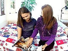 Los adolescentes linda de experimento en el de juego lesbiana