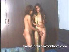 Hot intialainen teini imee heidän luonnolliset tissit