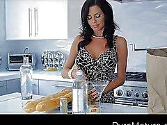 Hete MILF Veronica Avluv geneukt terwijl dronken