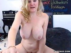 Herrliche Dicke Titten Küken fickt sich mit Sex-Spielzeug