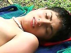 Dampfenden Homosexuell bumsen im Freien von zwei sexy junge Südamerikanern