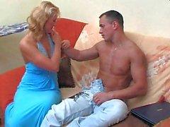 Сладкая блондинка в белые колготки
