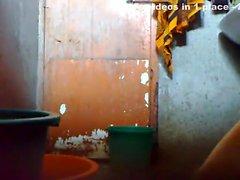 El individuo joven Bangladesh mantenga una cámara oculta in bathroom antes de que