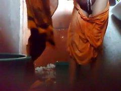 Giovani tizio il Bangladesh tenere un cam nascosta nel bagno prima di