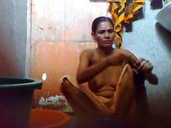 Молодые парнем Bangladesh держать скрытую камеру комнатой с ванной до того