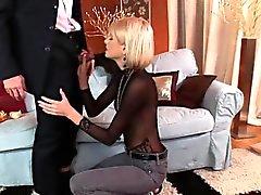 Skinny Bimbo hat ihre enge Arschloch gebohrt