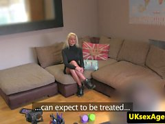 Blond fundição finland gata cumsprayed