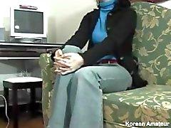 Amateur Aziatische huisvrouw is enthousiast voor haar eerste harige kutje neuken op de camera