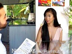 NannySpy Asian Babysitter Jade Kush gefangen sexuelle Massage geben