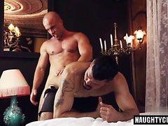 gay latine fessée et éjac faciale