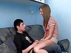 Chaude brune poussin se fait abusée par son BF BDSM amour