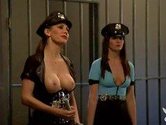 Sexy femmes chaudes quatuor dans la cellule jail