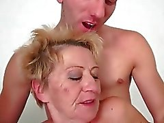 Young man tape granny chaude très dur