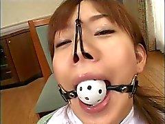 Impresionante chica japonesa obtiene una corrida facial en escena bdsm