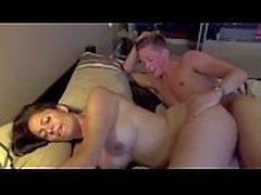Busty MILF wird von einem jüngeren Mann gefickt