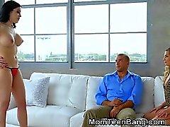 Prettn Morena adolescente bustos de MILF chupando su novio