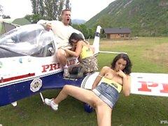 Lady Mai samt Lucy Belle Getting Analsex on the Wing av ett flygplan