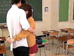 Ultracute japanisches Schulmädchen sucking dick