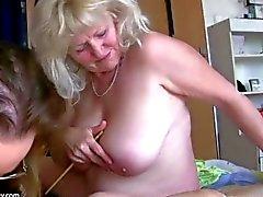 Grande vieja mujer gorda abuela se divierte con otra abuelita
