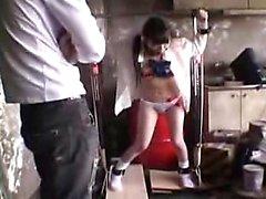 Pigtailed Asian Teen mit großen natürlichen Brüsten erfüllt sie sich