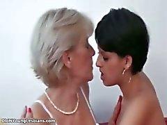 Lésbica loira madura fica tomada de tesão