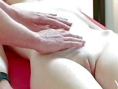 Yonitale : Stunning Emily Bloom finns ett orgasmic massage