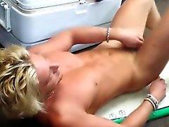 Droit atelier blondinette hunk de mise en gage de décapage