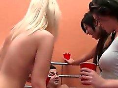 3 flickor och en kille som på sängen