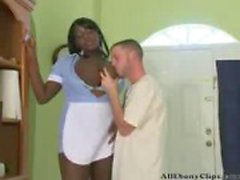 Grandes bois d'ébène Femme de ménage éjaculations d'ébène le noir d'ébène avalent ghettos afro interracial de la BBC