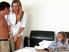 Мачеха учит ее девушки с секс втроем