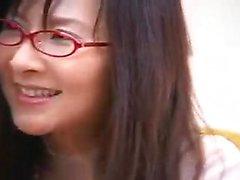 Dolce pulcino asiatica con gli occhiali scopa un cazzo duro e ottiene f