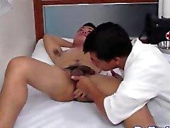 Doutor asiático que chupando macho de disco doentes