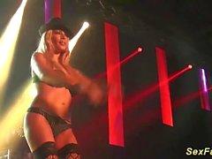 Mi dama busty alemán desnudo en el escenario
