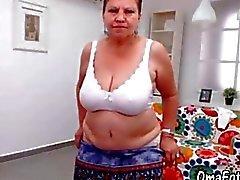 OmaFotze Älterer zu tun Strip und masturbieren