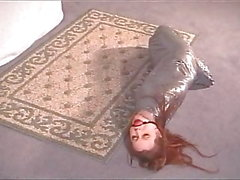 Mumifizierte Bondage Babe In Silber Band