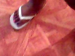 Vollweiber Ebony Füße in weißen Flipflop
