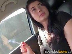 Stranded Teens bekommt wenig Hilfe von einem fremden madhurimashetty-co