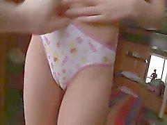 tiener in panty malen op zijn been