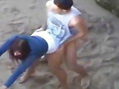 Casal Jeune qui baise sur la plage
