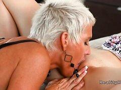licks madrasta adolescente triste no quarto