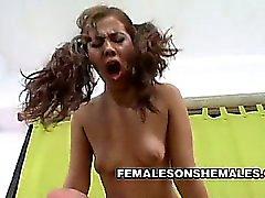 Белокурая Shemale Kate Августина пользуется прикосновения