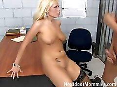 MILF blonde de baisent d'une bite dure de prison