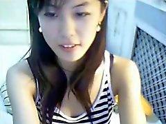 Menina chinesa bonito joga em linha