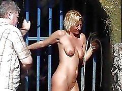 Fouettée Outdoor des femme blonde de Hardcore publiques